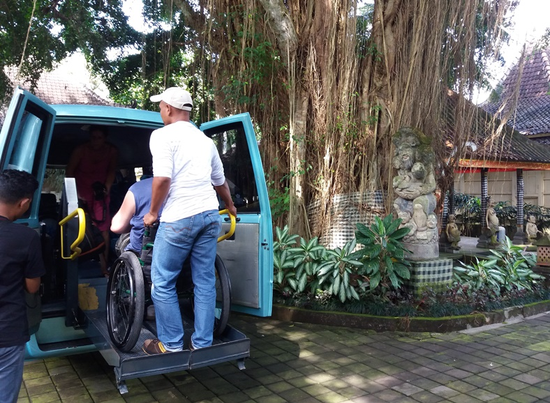 Minivan with Lift on Bali