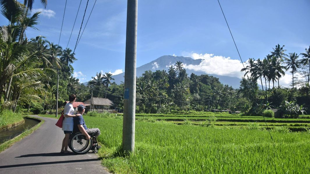 Farmers walk - Agung Volcano, photo by Bjarne Sonberg