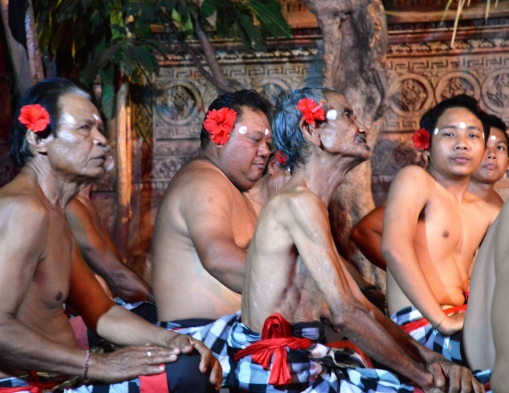Kecak Dancers. Bali Tagesausflüge mit Rollstuhl