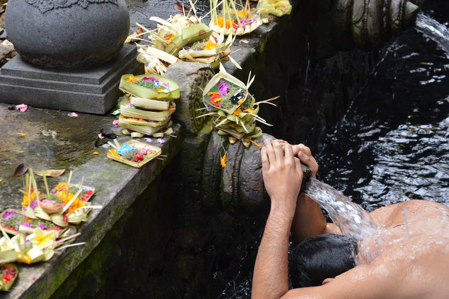 Travel with a wheelchair in Bali. Tirta Empul, by Marjan den Boer on AI tour
