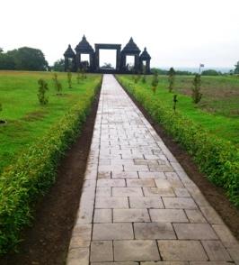 Gate of Ratu Boko. Rollstuhlreisen in Yogyakarta