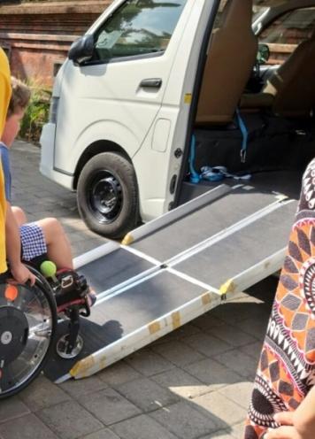 Trifold Rampe. Transport mit Rollstuhl
