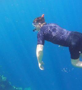 Schnorcheln im blauen Wasser