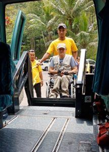 Lift in Minibus. Transport mit Rollstuhl